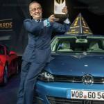 Golf es nombrado el World Car of The Year 2013, directivo recibiendo premio