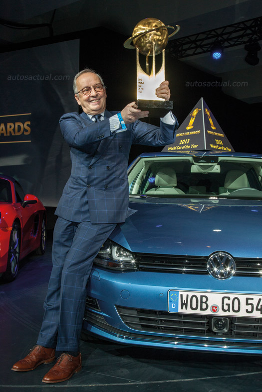 Golf es nombrado el World Car of The Year 2013, directivo recibiendo premio