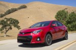 Nuevo Toyota Corolla 2014 color rojo en carretera