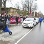 Hombre más fuerte del mundo arrastra 12 Nissan Note para imponer nuevo récord