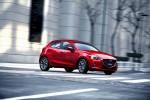 Mazda 2 2016 en calle dando vuelta