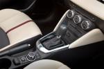 Mazda2 versión para Europa diseño Kodo interior clima, palanca