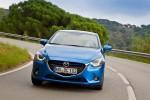 Mazda2 versión para Europa diseño Kodo color azul en carretera