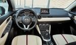 Mazda2 versión para Europa diseño Kodo interiores Cluster, pantalla touch palanca velocidades