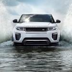 Range Rover Evoque 2016 de frente sobre agua