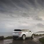 Range Rover Evoque 2016 a lado del mar color trasera