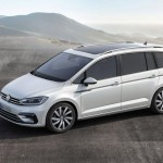 Volkswagen Touran 2016 color blanco de perfil