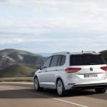 Volkswagen Touran 2016 color blanco en carretera posterior