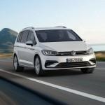 Volkswagen Touran 2016 color blanco en carretera de frente