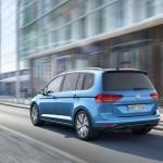 Volkswagen Touran 2016 color azul en calle