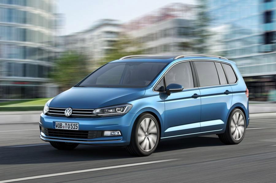 Volkswagen Touran 2016 color azul en calle de perfil
