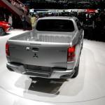 Mitsubishi L200 2016 expuesta en Ginebra, vista-trasera