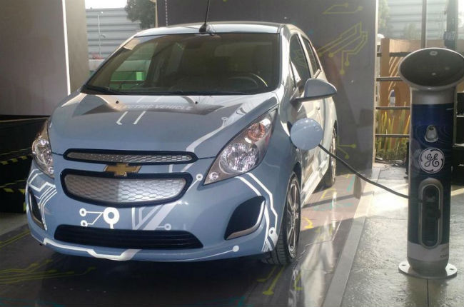 Chevrolet Spark EV eléctrico en estación de carga