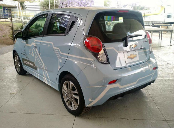 Chevrolet Spark EV eléctrico vista trasera