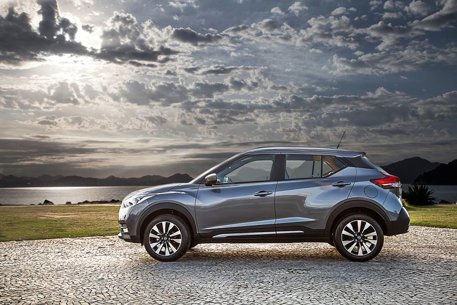 Nissan Kicks 2017 en México color plata perfil en paisaje ...
