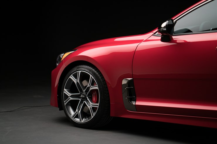 Kia  Stinger 2018 color rojo rines