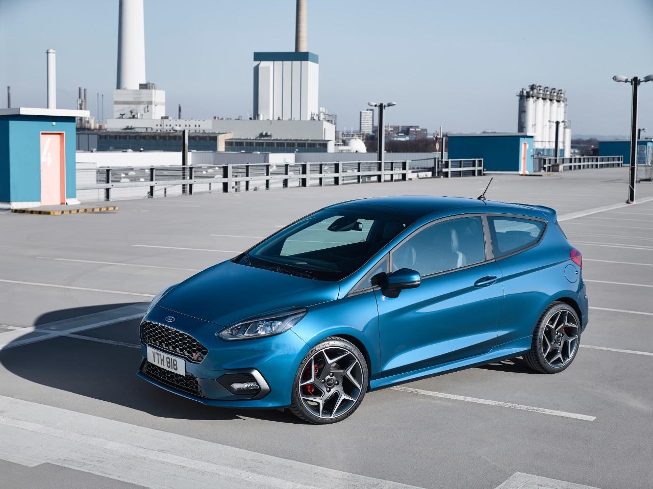 Ford Fiesta ST 2018 lateral en estacionamiento