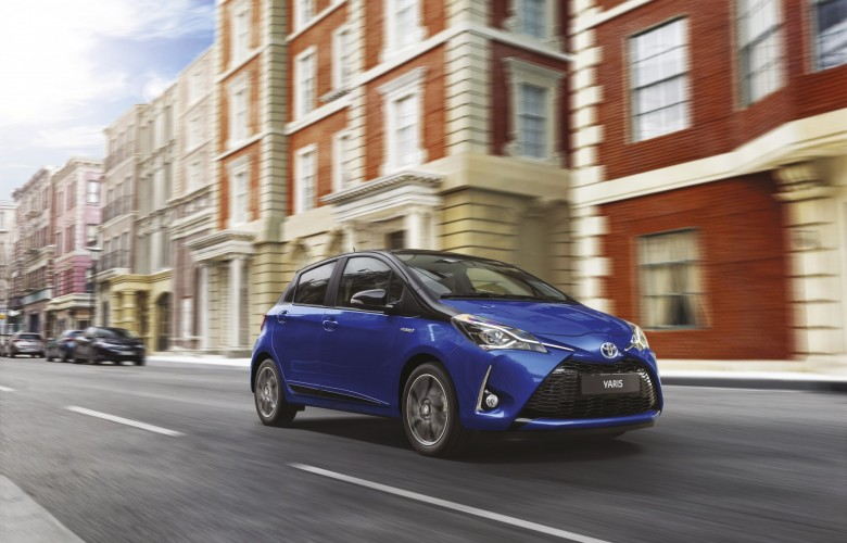 Toyota Yaris 2018 de perfil en calle