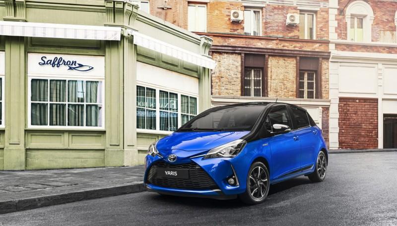 Toyota Yaris 2018 de perfil en calle nuevo frente perfil