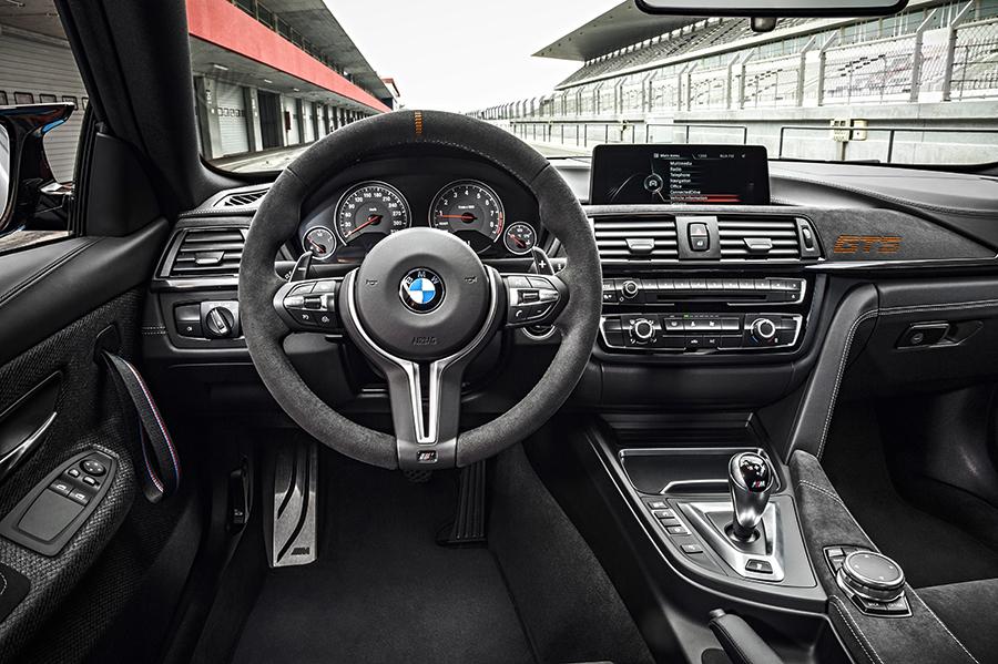 BMW M4 GTS 2017 en México interiores con pantalla touch y consola con controles