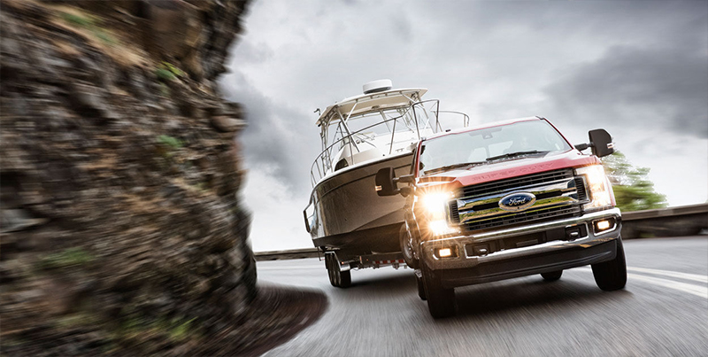Ford F-250 Super Duty 2017 carga un bote