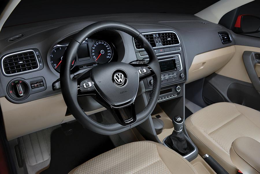 Nuevo Volkswagen Vento TDI 2018 en México pantalla touch interior volante con controles