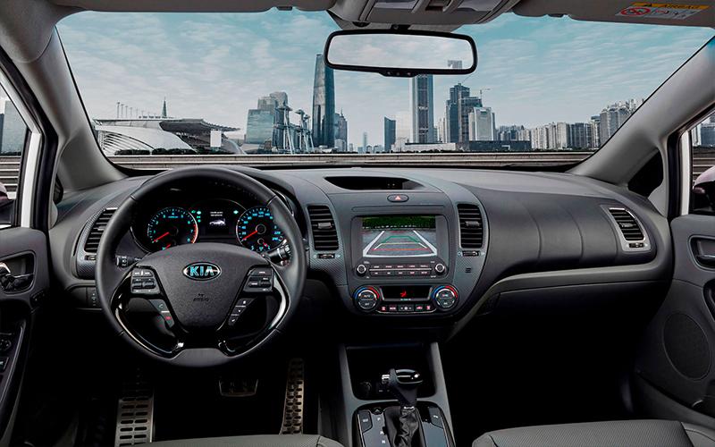 Kia Forte 2018 en México con nuevo motor Atkinson - interior con cámara de reversa y Apple CarPlay y Android Auto