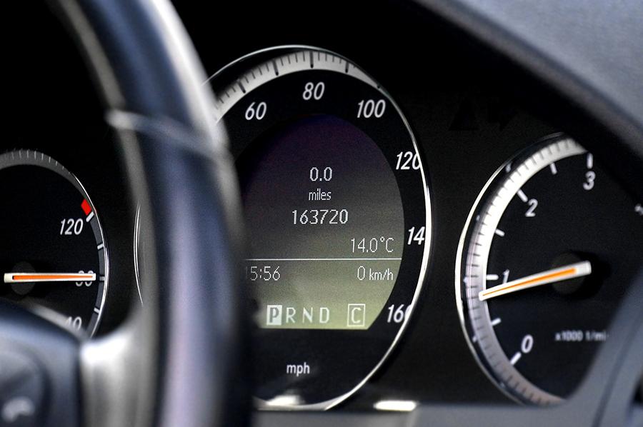 Tacómetro e información de gasolina y velocidad