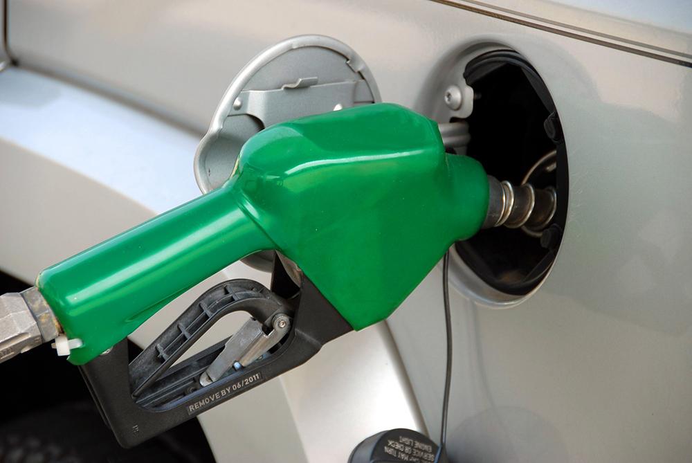 Llenando el tanque de gasolina de un auto