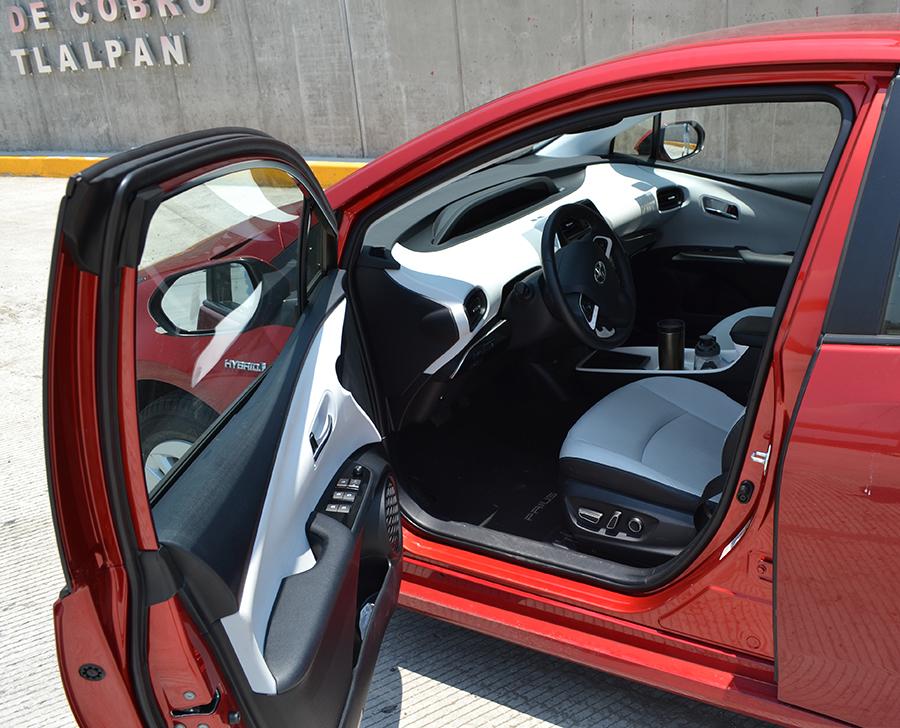 Toyota Prius 2017 en México prueba de manejo puerta abierta interiores