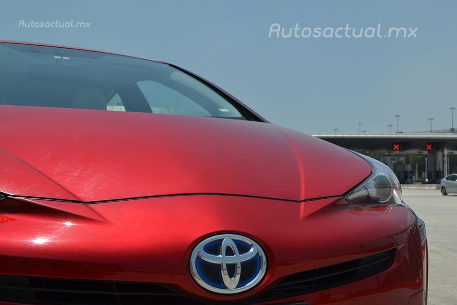 Toyota Prius 2017 en México prueba de manejo frente emblema