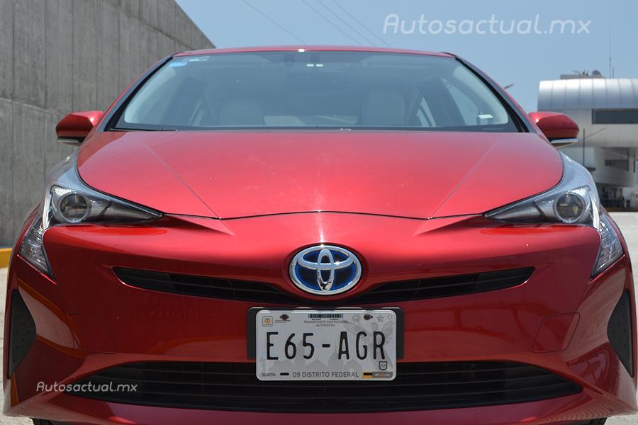 Toyota Prius 2017 en México prueba de manejo de frente emblema, faros y placa