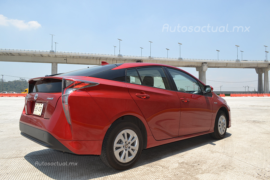 Toyota Prius 2017 en México prueba de manejo posterior lateral derecho