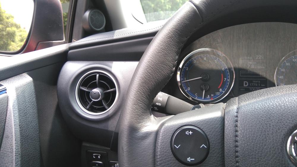 Toyota Corolla 2018 prueba de manejo - interiores volante controles de audio