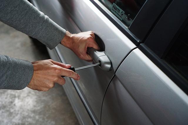 Ladrón robando un coche