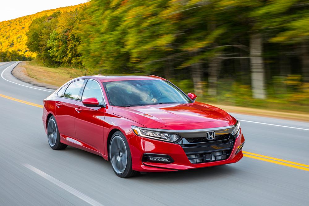Honda Accord 2018 en carretera color rojo