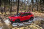 Jeep Cherokee 2019 color rojo en bosque sobre río