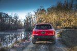 Jeep Cherokee 2019 color rojo en bosque caminos difíciles zaga