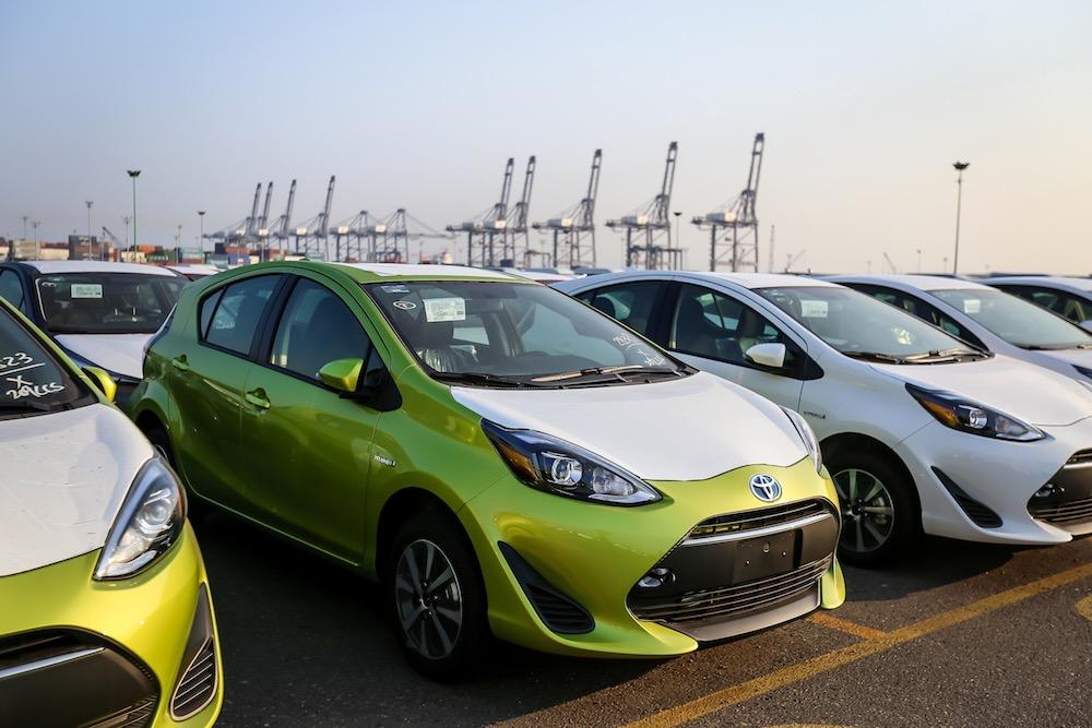 Toyota Prius C 2018 llegando a México en puerto - frente color verde y blanco