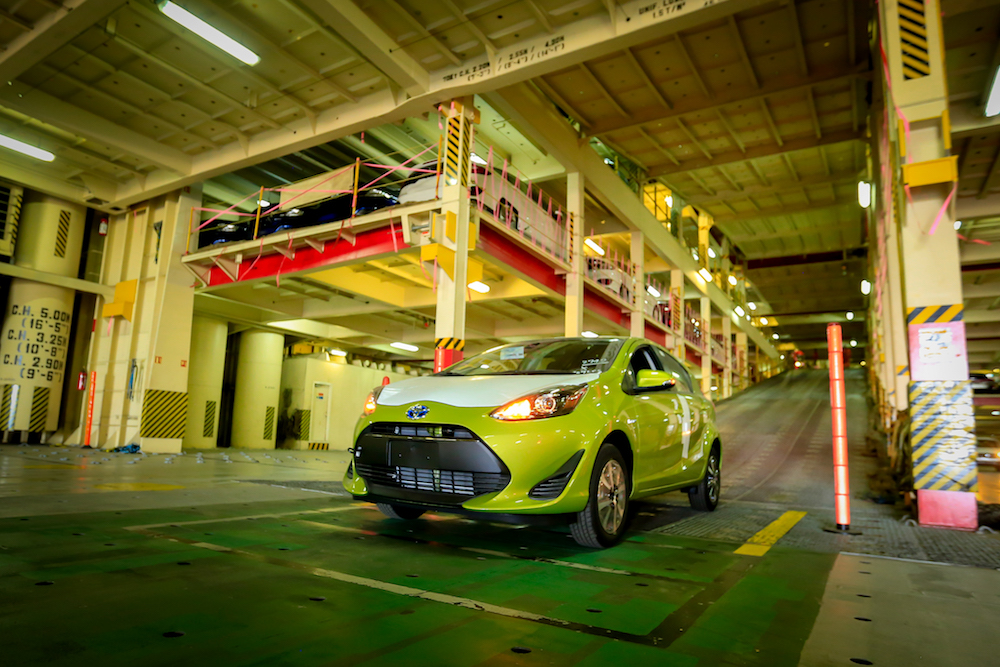 Toyota Prius C 2018 llegando a México en puerto -  color verde