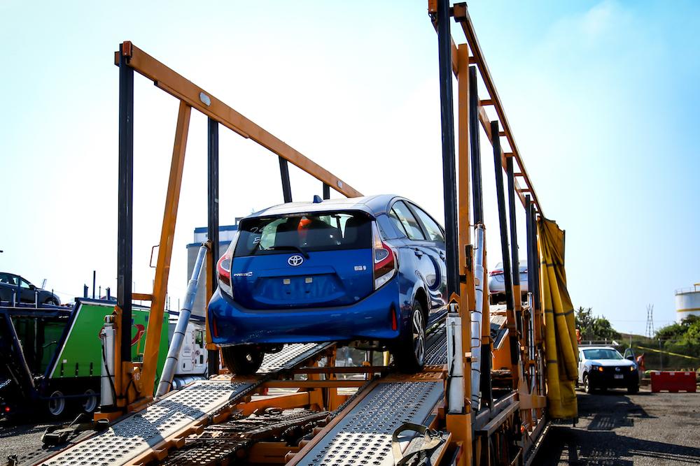 Toyota Prius C 2018 llegando a México en puerto - color azul desembarcando