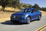 Nuevo Volkswagen Jetta 2019 exterior lateral y frente en carretera