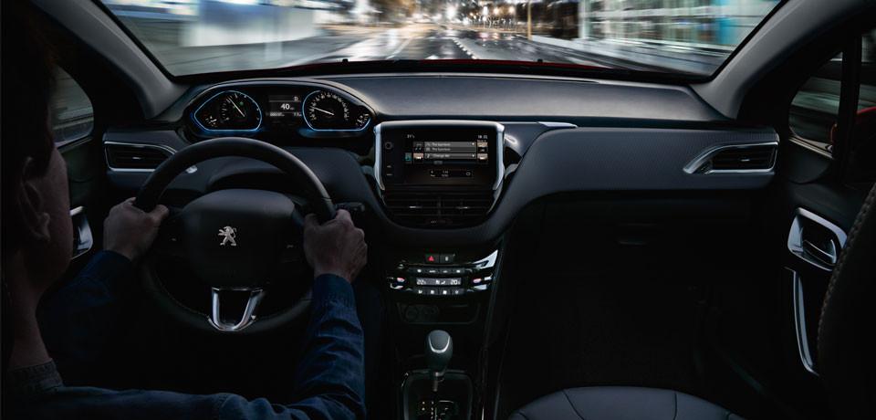 Peugeot 2008 2019 en México interiores pantalla touch