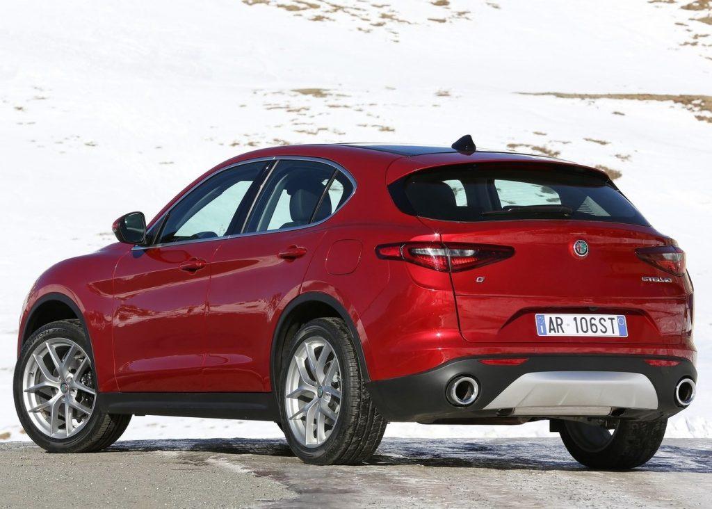 Alfa Romeo Stelvio atrás