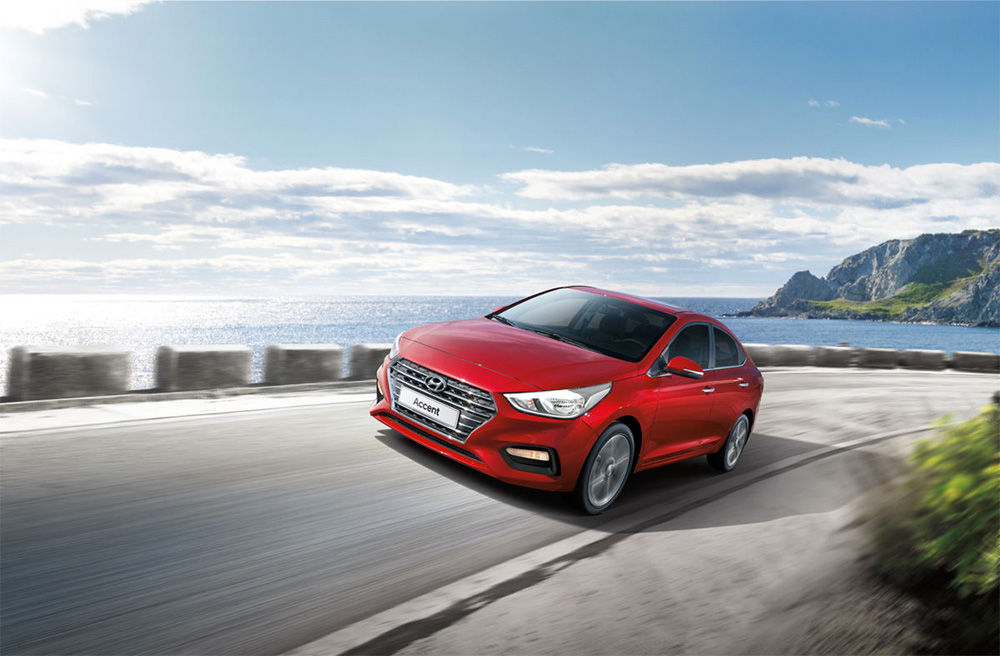 Hyundai Accent color rojo en carretera
