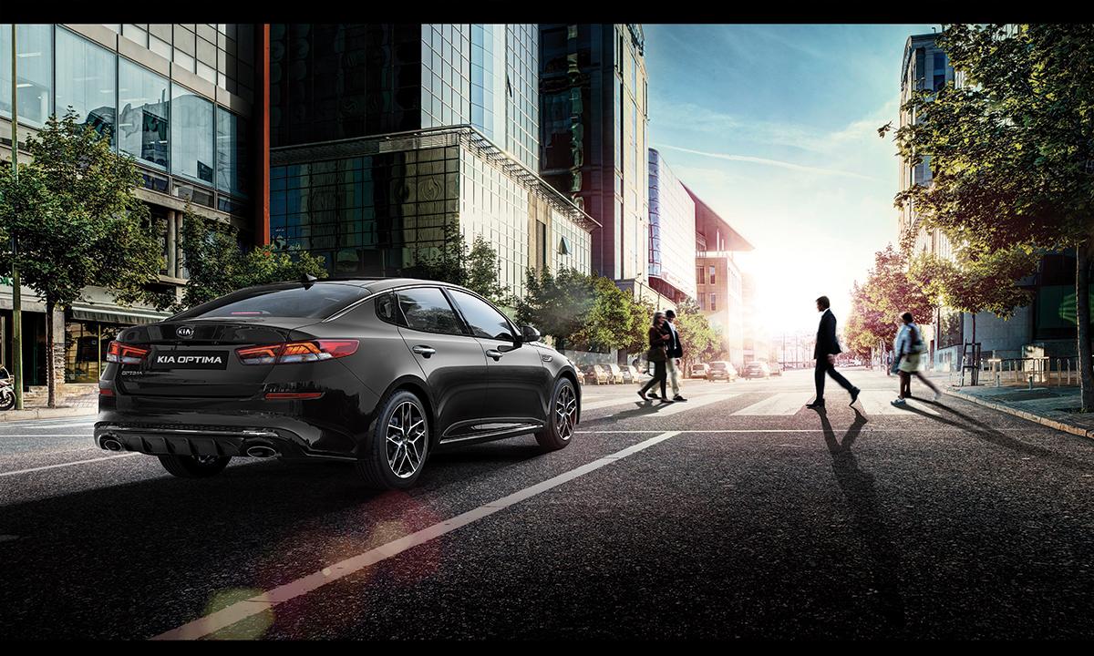 Kia Optima 2019 nuevos cambios en exteriores - color gris en calle, haciendo alto