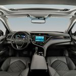 Toyota Camry Híbrido 2018 en México color gris - interior con pantalla amplia y quemacocos