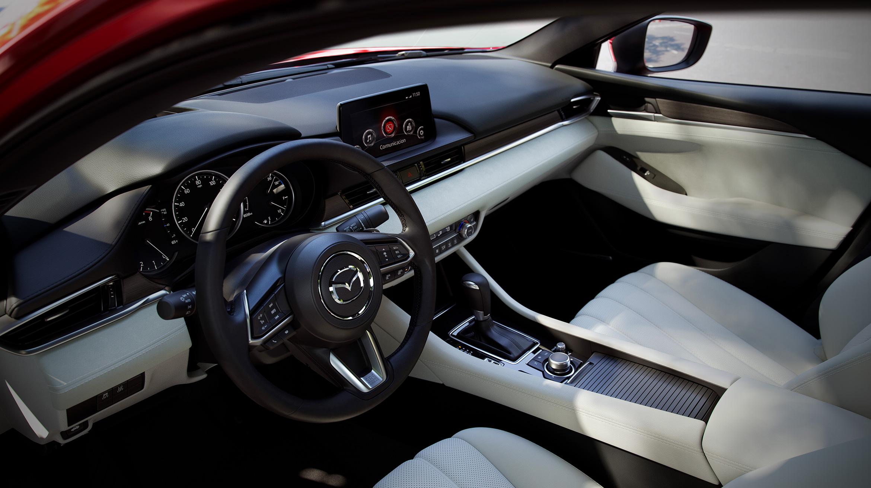 Mazda 2020 México interior asientos piel, volante, pantalla touch