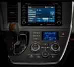 Toyota Sienna 2020 para México - interior pantalla touch, sistema de audio JBL, palanca, aire acondicionado y pantalla de alertas