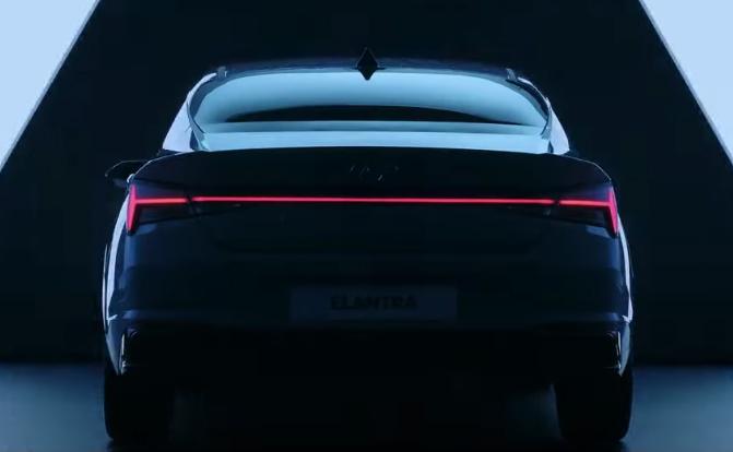 Hyundai Elantra 2022 posterior